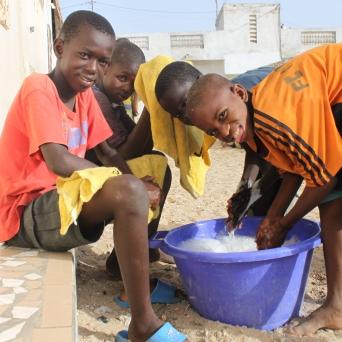 Doch bevor die Jungs ihr Zvieri erhalten, kommen alle nach vorne und waschen die Hände.