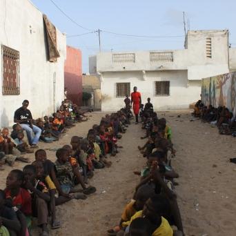 In der Zwischenzeit reihen sich die Kinder vor dem Center auf und warten auf ihr Zvieri.