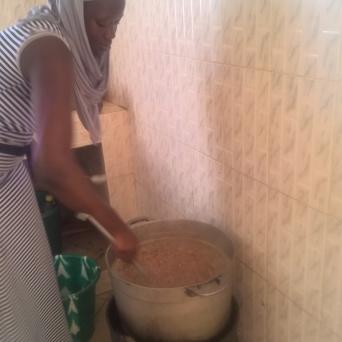 Awa, eine der guten Seelen, kocht gerade die Bohnen auf. Über den Mittag köchelt die Sauce weiter.