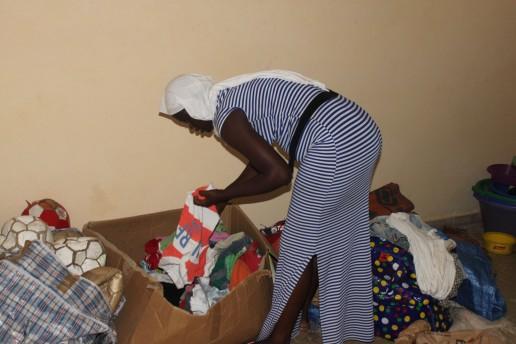Awa sortiert im Center die ganze Tasche und sucht die passenden Kleider für die Jungs.