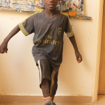 Das ist Osman. Er bekommt bald ein neues T-Shirt.