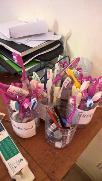 Das sind unsere Trisa-Zahnbürsten im Behandlungszimmer. Sie sind nach Darahh (Gebetshaus) sortiert und die Jungs holen sie wirklich regelmässig ab und wollen natürlich viel Zahnpasta darauf.