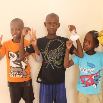 Am Donnerstag verteilen wir den Jungs zusätzlich ein Säckli mit Waschpulver. Man sieht es in den Händen des mittleren Talibés. Die Jungs waschen im Darahh oder manchmal auch im Center die Kleider.