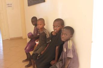 Diese Jungs warten auf dem Bank im Gang des Centers auf die Duschgelegenheit.