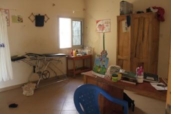 Das ist unser Behandlungszimmer. Es enthält ein Pult, eine Behandlungsliege, ein Vorratsschrank, den Tisch mit den Pflegematerial und im hinteren Teil noch ein WC mit Dusche. Im Center behandeln wir die Notfall-Fälle oder wenn wir nicht in die Daraas können auch die kleineren Fälle.