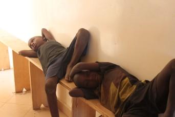 Diese beiden Jungs haben Fieber und versuchen im inneren des Centers der Hitze ein wenig zu entkommen.
