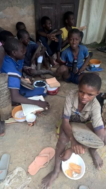 Das ist noch ein schönes Bild vom Daara. Die Jungs schreiben auf arabisch auf die Holztafeln mit einer Kohle., sie haben den Koran in Buchform und murmeln oder singen die Koran-Ferse. Ihr Marabou überwacht das ganze Geschehen.