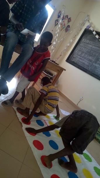 Twister, das Lieblingsspiel von Eco unserem Chef-Pfleger im Center. Die Kinder lieben dieses Spiel.