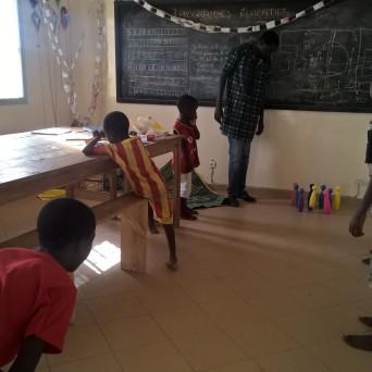 Die Kegel habe ich dieses Mal mit in den Senegal genommen. Es ist bei den Jungs gut angekommen und sie haben es einige Male gespielt.