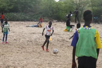 und natürlich Fussball. Der Sport, der Völker verbindet:-). Ich habe keine Fotos der Kinder, die direkt vor dem Haus spielen. Dieses Foto ist von der Equipe Coeur en Or. Ein kleiner Verein, den unsere Leute gegründet haben.