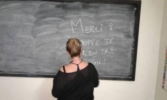 Lola schreibt nette Abschiedsworte an die Wandtafel im Center