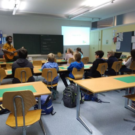 Cheikh und Elena zusammen mit den Schülern in Büron