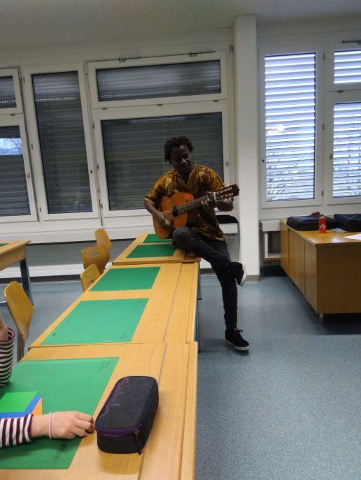 Cheikh mit den Kids am musizieren