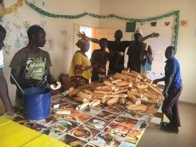 Vorbereitungen fürs Gouter am Freitag mit dem Team Senegal