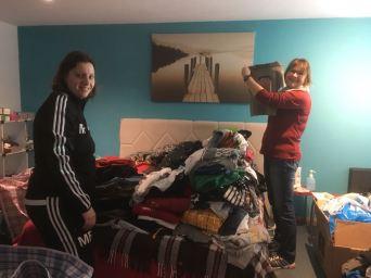 Beim Sortieren der Kleider - das Bett ist völlig überladen.