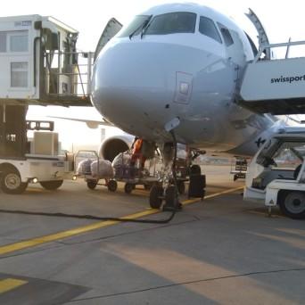 Das Gepäck wird in das Flugzeug geladen.