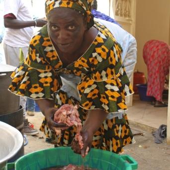 Das Fleisch wird noch einmal richtig gewaschen, bevor es angebraten wird