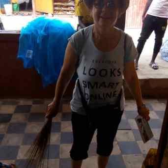 Esther mit dem improvisierten Putzwerkzeug