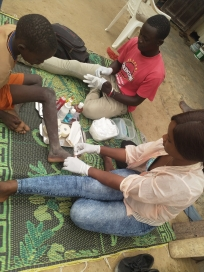 Babacar und Sockna bei der Pflege in den Daaras